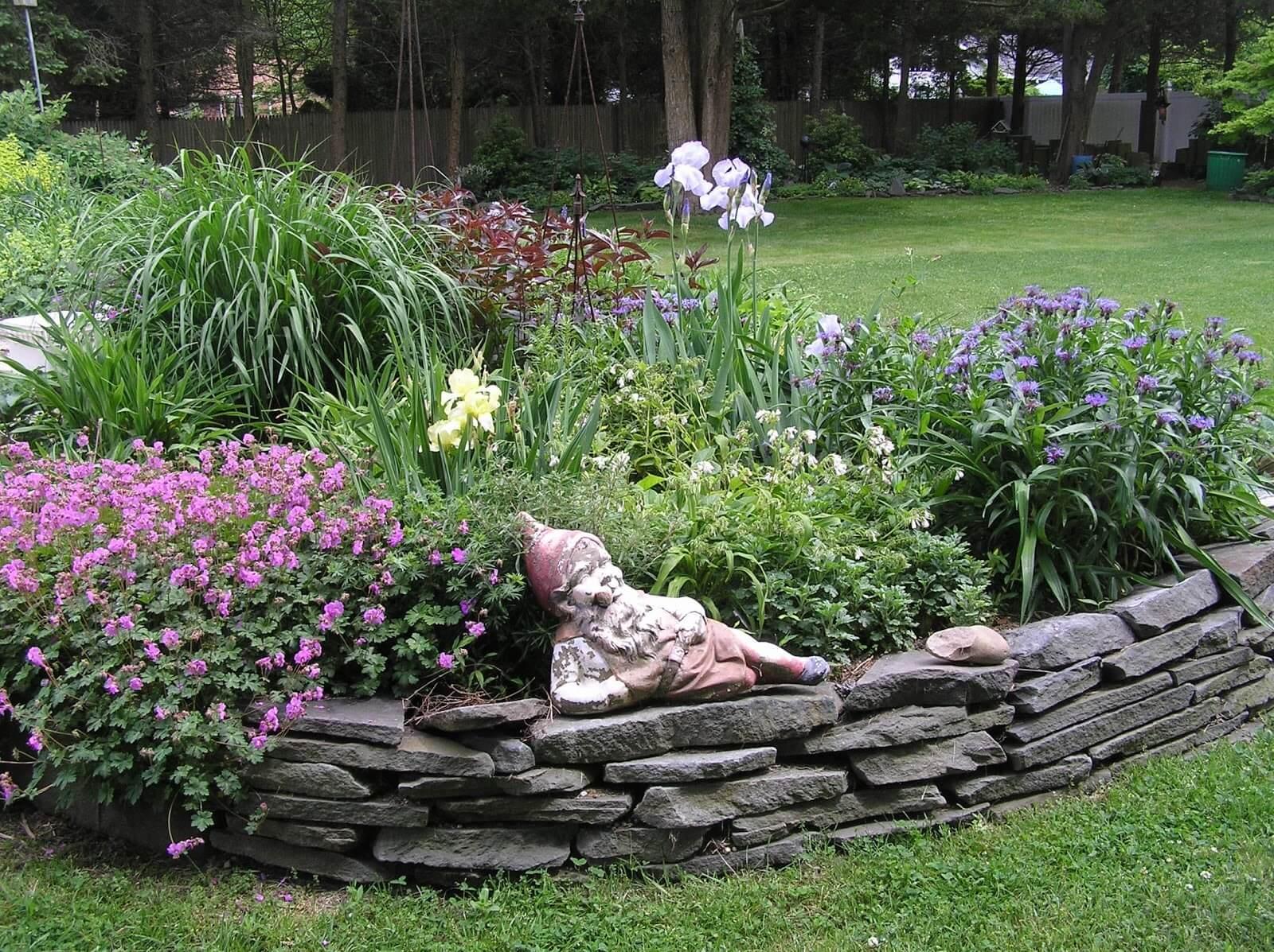 Каменные клумбы – несколько способов исполнения