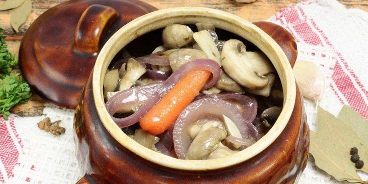 Подавать, посыпав грибами с луком.