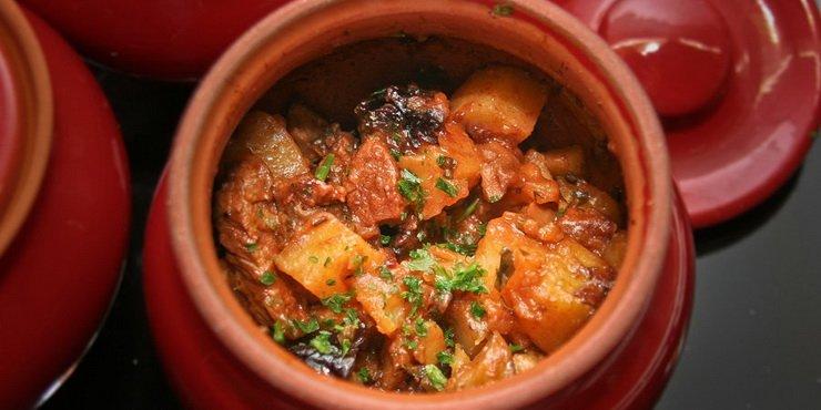 Режу баклажан и картофель кубиками, перец и лук соломкой, а вот морковь кружочками.