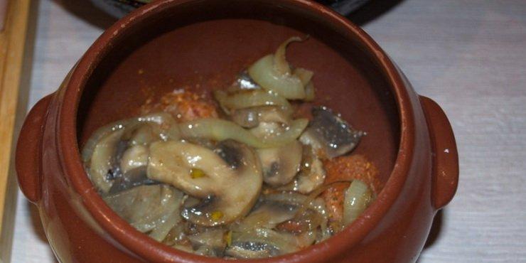 Грибы в горшочке в яблочном соусе