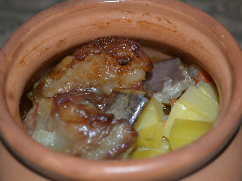 Свиные ребра в горшочке в духовке