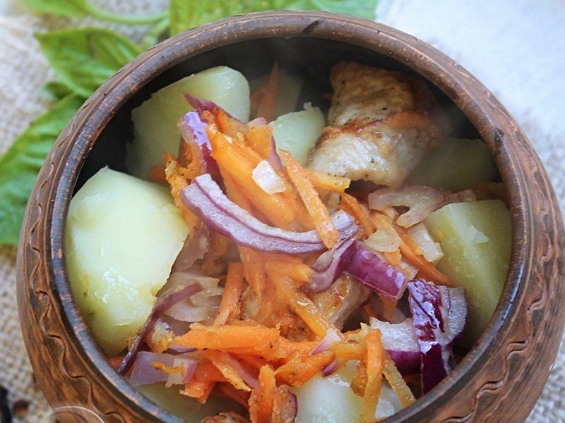 Как запечь свинину с картошкой под сыром в горшочке в духовке
