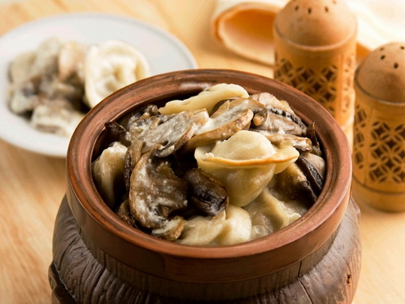 Пельмени в горшочках с грибами в духовке