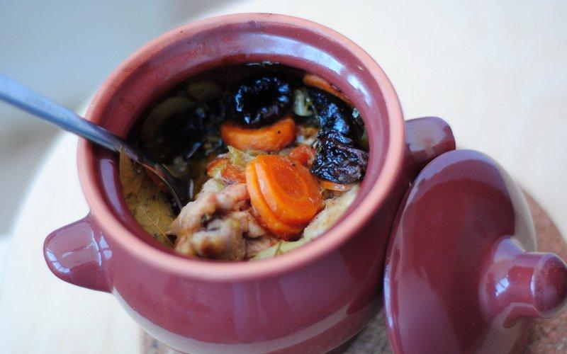 Как приготовить жаркое по-домашнему в горшочках с курицей: рецепты для духовки