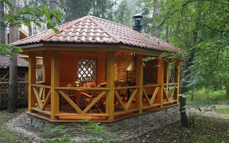 Летняя кухня с фундаментом из искусственного каменя на фото