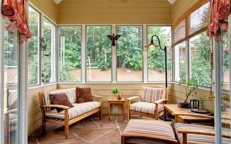 Закрытая летняя кухня с открытой террасой и верандой на даче (с фото)
