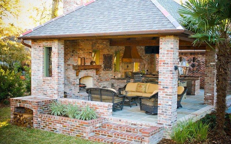 Летняя кухня с мангалом и беседкой на фото