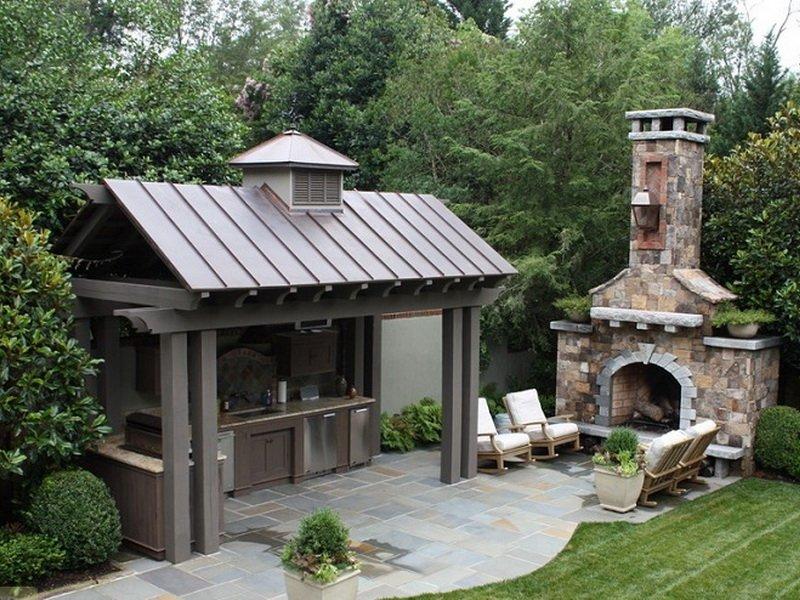 Закрытая летняя кухня на даче
