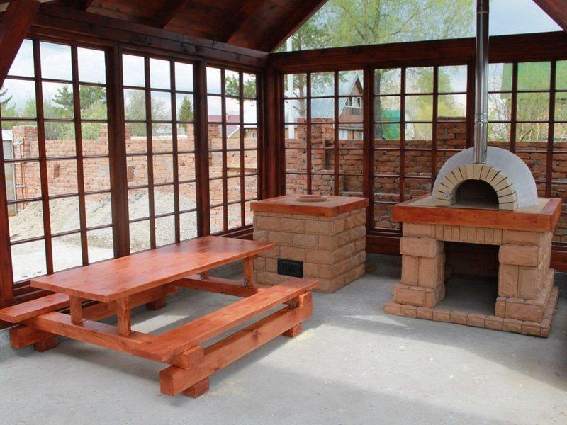 Закрытая летняя кухня с печью гриль