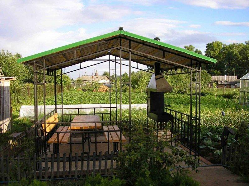Открытая летняя кухня с мангалом
