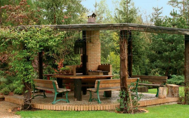 Летние кухни во дворе дачного домика с верандой и беседкой (с фото)