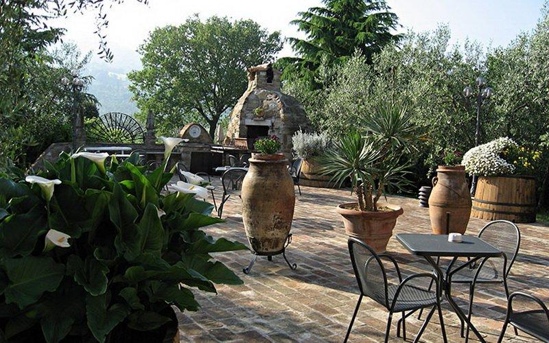 Летние кухни во дворе дачного домика с верандой и беседкой (с фото) фото