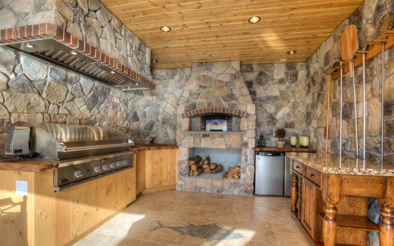 Летняя кухня с печью-барбекю на фото