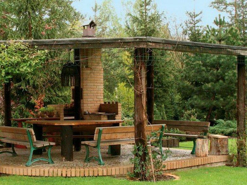 Можно высадить вокруг открытой летней кухни живую изгородь из кустарников (фото)
