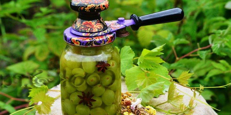 На фото виноград в собственном соку