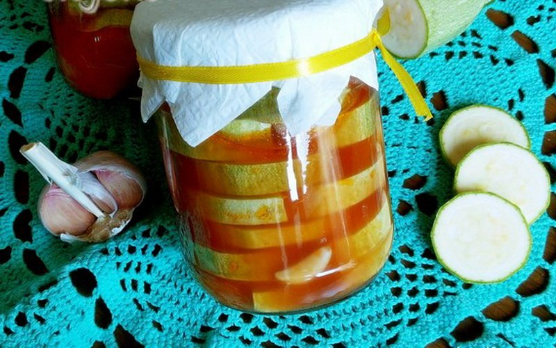Маринованные кабачки с кетчупом чили.