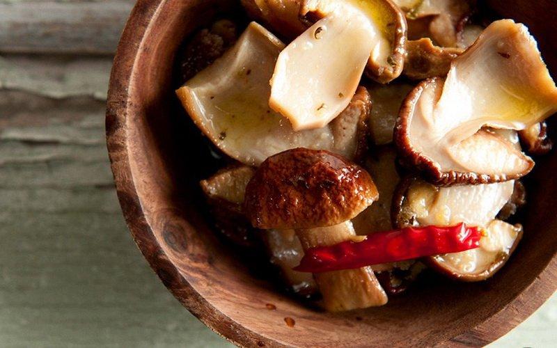 Маринованные белые грибы с укропом.