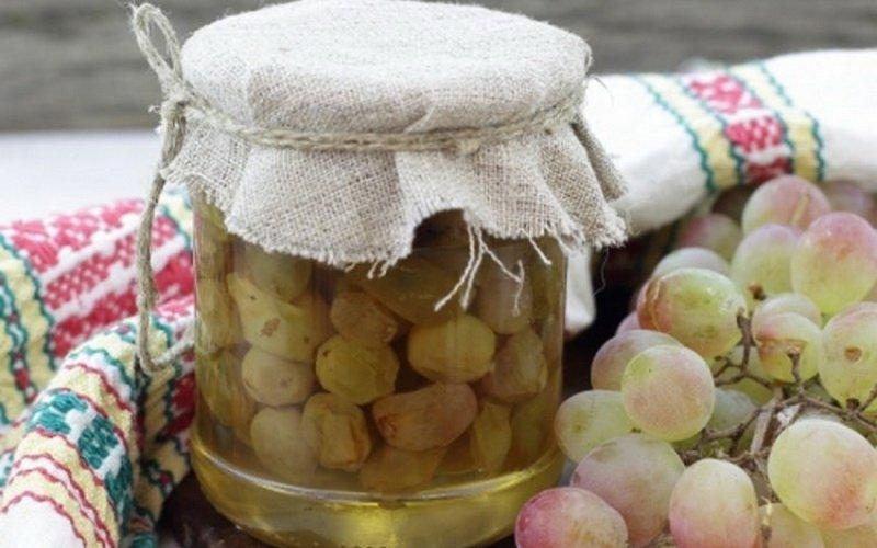 Варенье из белого винограда с ликером.