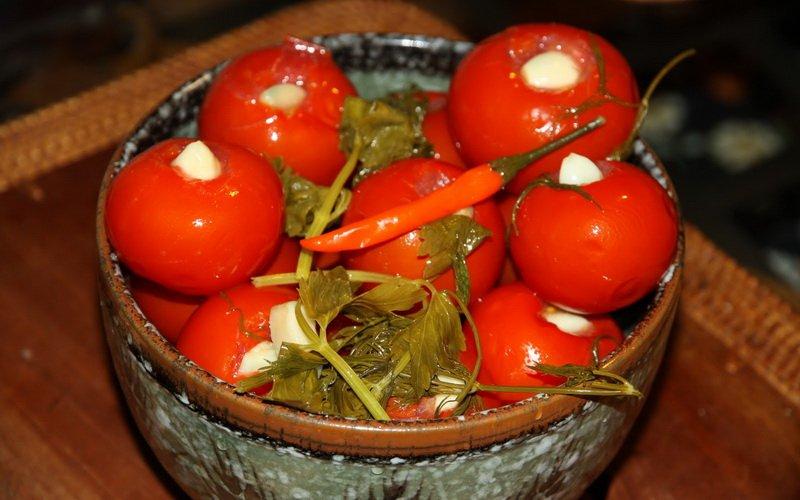 Как мариновать помидоры на зиму в банках: простые рецепты с видео