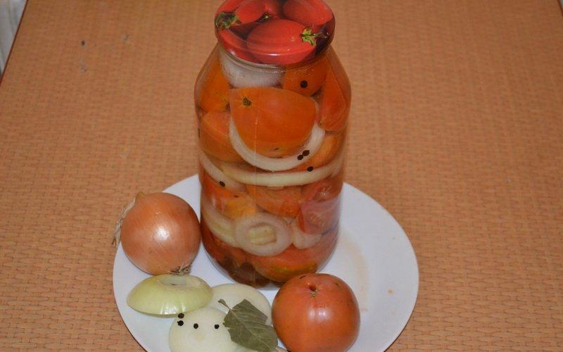 Половинки помидоров с луком и медом.