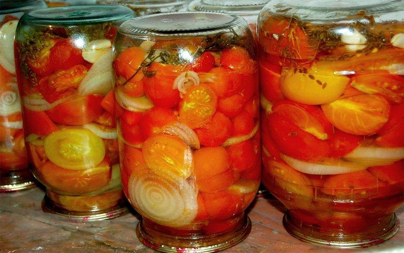 Половинки помидоров с растительным маслом.
