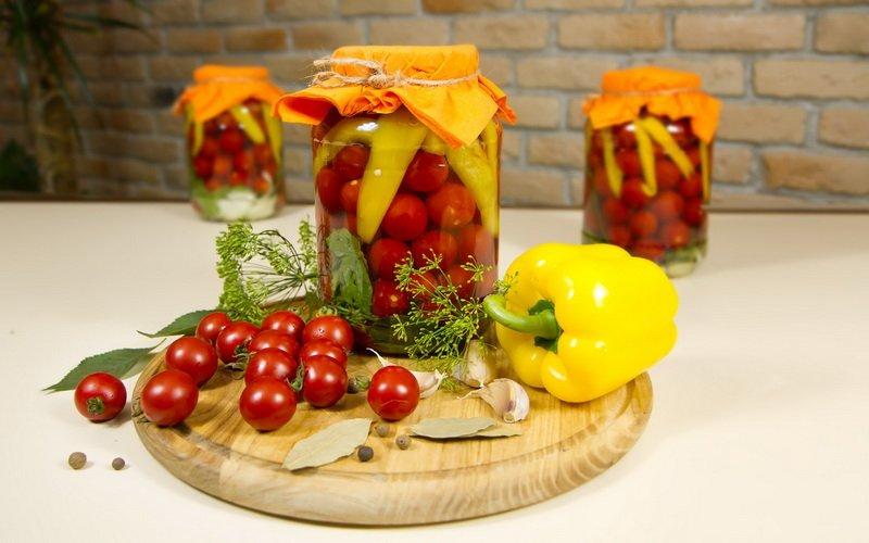Маринованные помидоры с болгарским перцем.