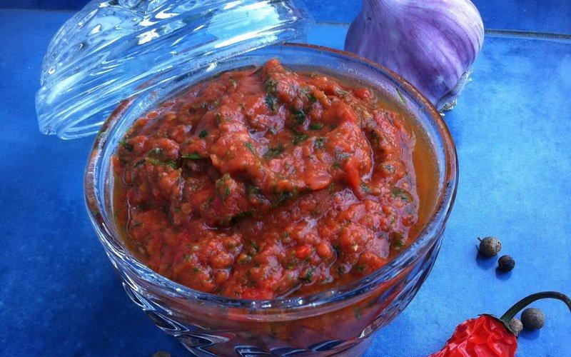 Соус из перца с томатной пастой.