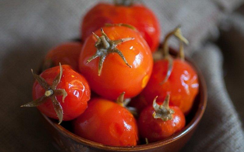 Соленые помидоры в пакете.