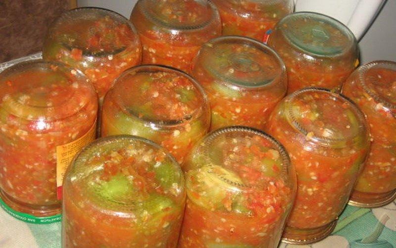 Салат из зеленых и красных помидоров.