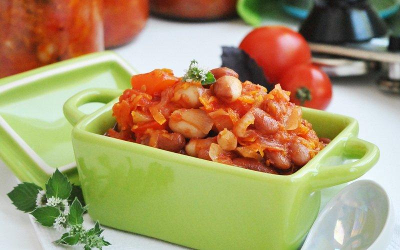 Фасоль в томатно-овощном соусе.