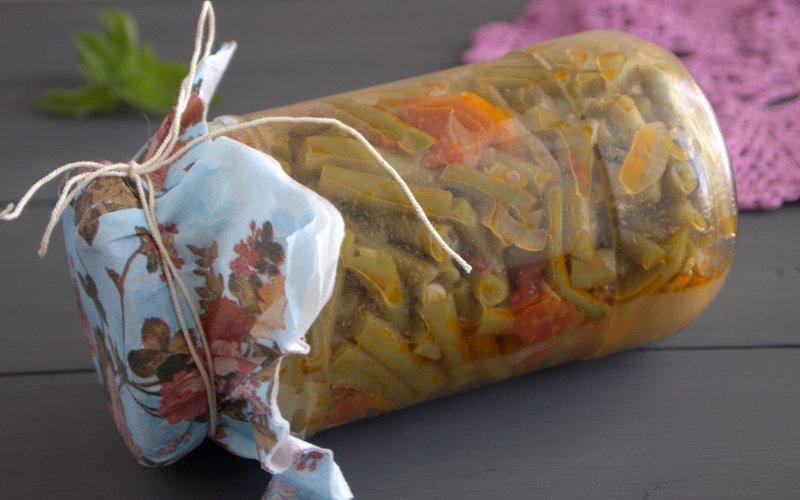 Салат из стручковой фасоли и помидоров.