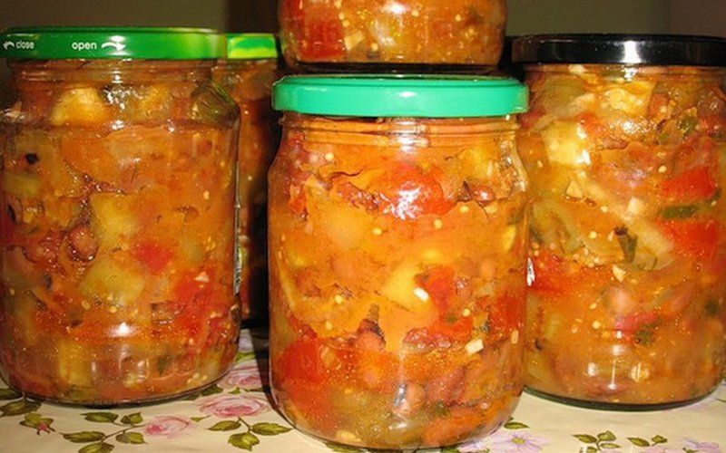 Салат из болгарского перца, яблок и слив.