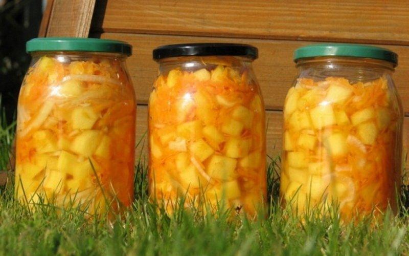 Салат из овощей с яблоками.