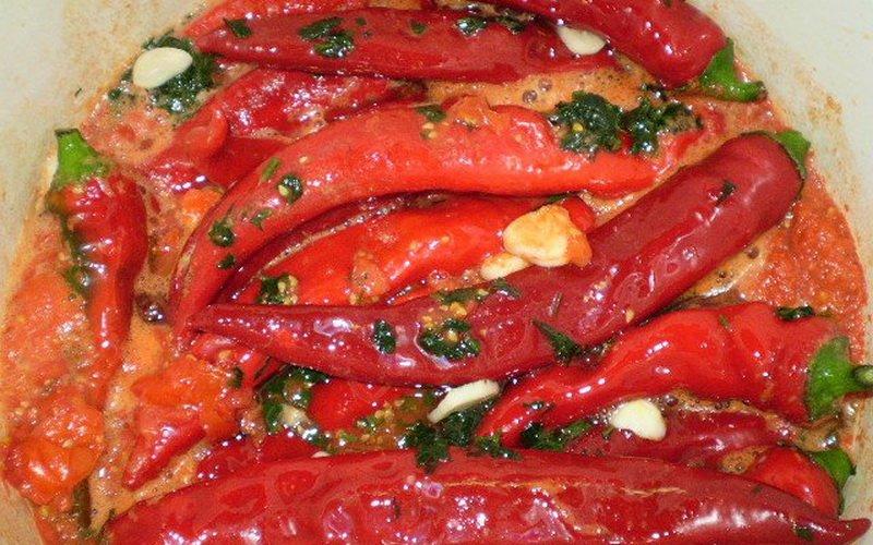 Маринованный острый перец в томате.
