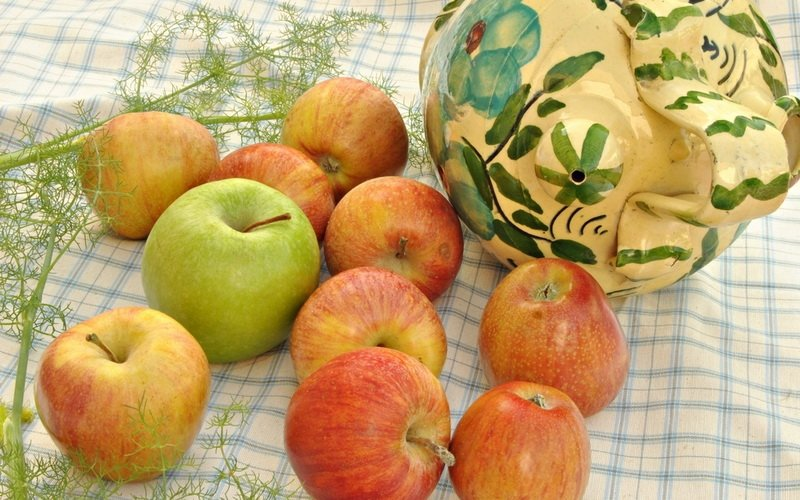 Моченые яблоки с укропом.