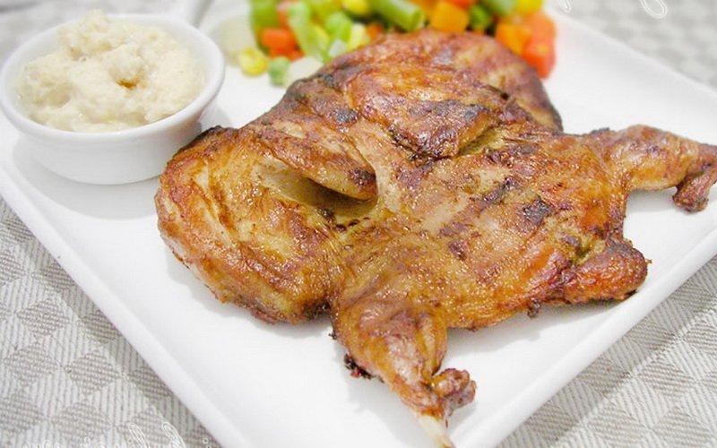 Цыплята жареные с белым соусом.