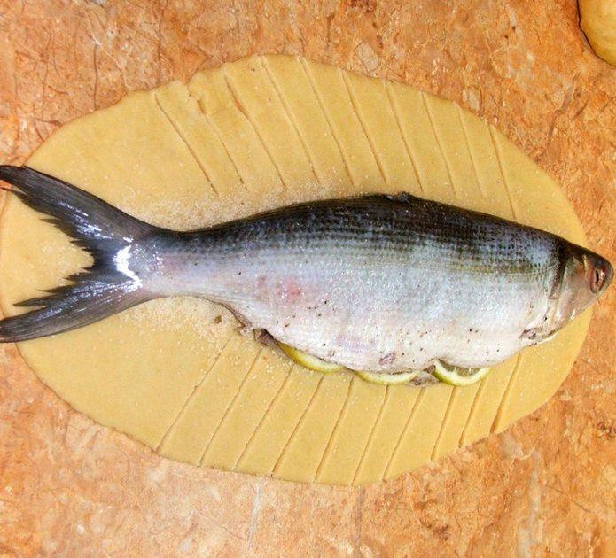 Рыба, выложенная на тесто