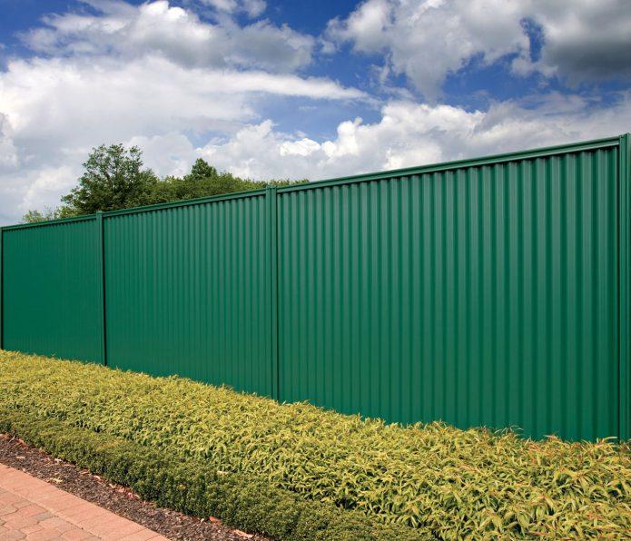 Зелёный забор из профнастила
