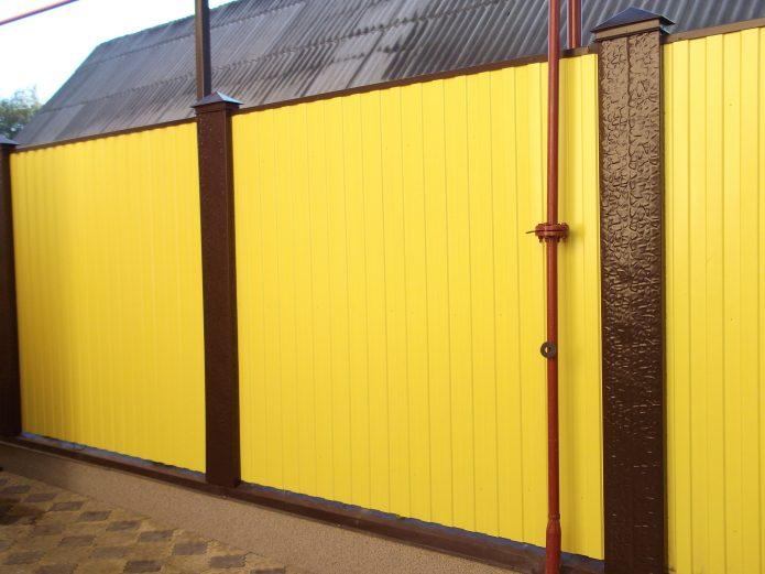 Жёлтый забор из профнастила