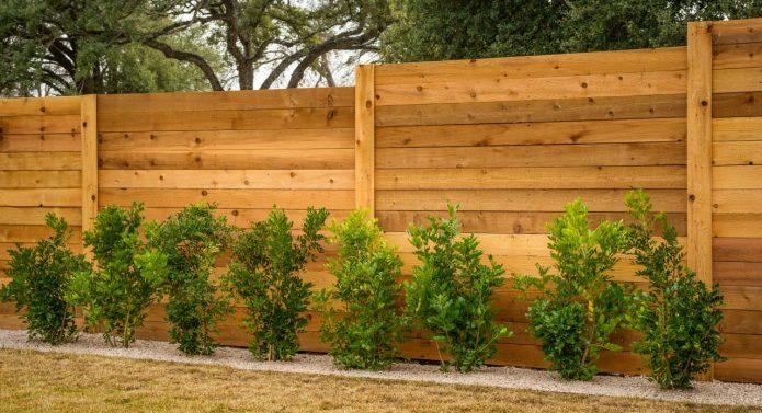 Светло-коричневый деревянный забор