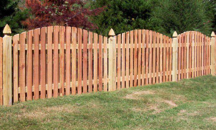Полукруглый деревянный забор