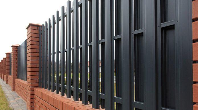 Забор из металлического штакетника с кирпичём