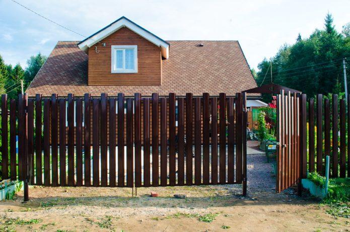 Забор из металлического штакетника с калиткой