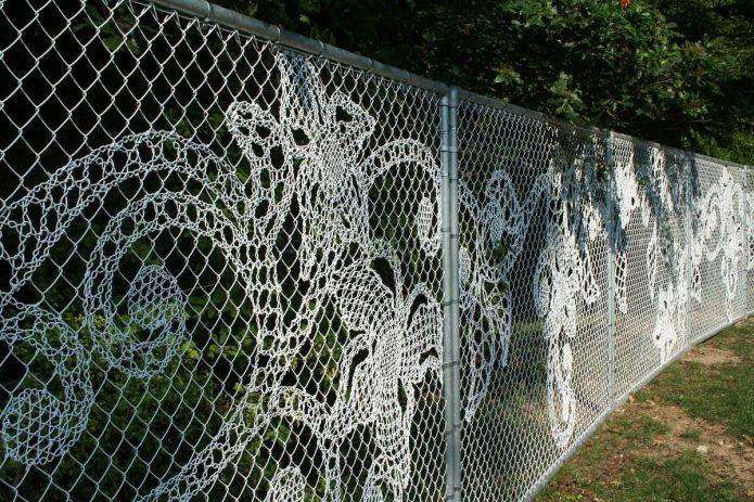 Забор из сетки-рабицы с узором