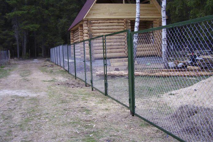 Зелёный забор из сетки-рабицы