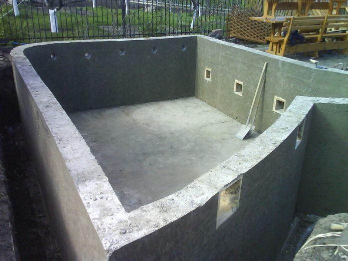 Монолитный бассейн из бетона