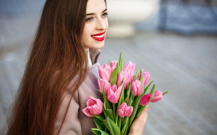 Девушка с букетом тюльпанов