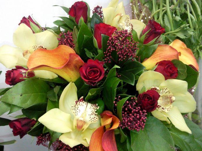 Букет из роз, орхидей, калл