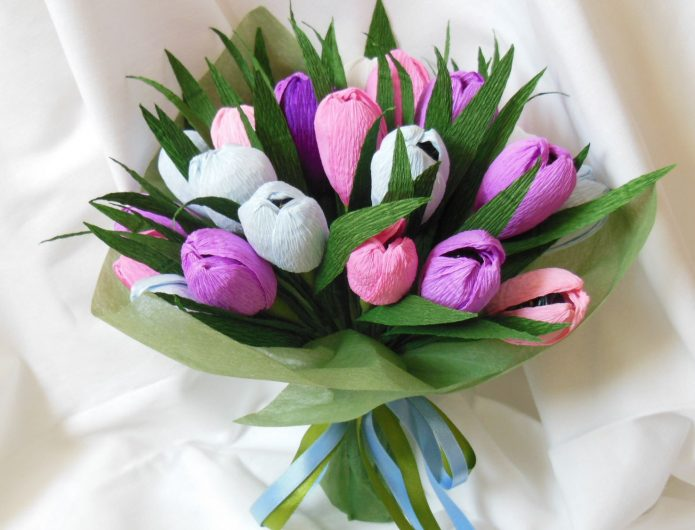 Очень нежный букет тюльпанов с конфетами внутри