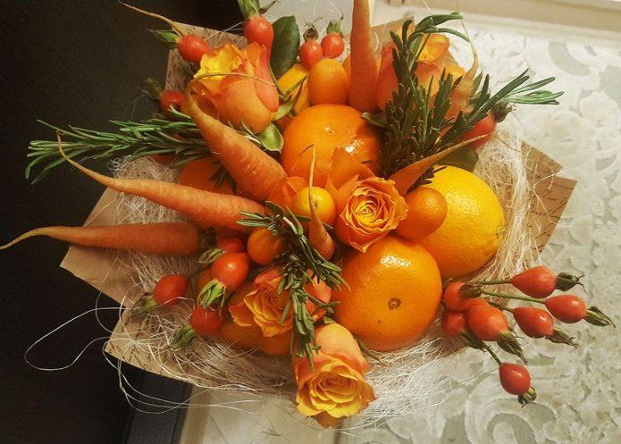 Букет из оранжевых овощей и фруктов